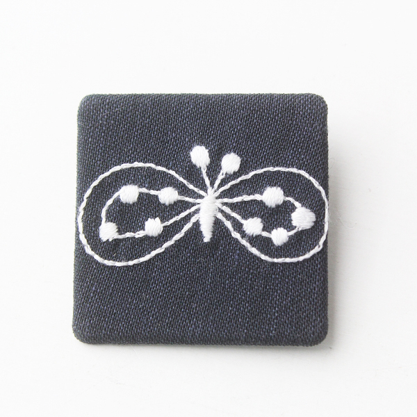 美品 mina perhonen ミナペルホネン choucho ブローチ/紺 刺繍【2400020079525】